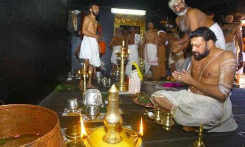 सबरीमला अयप्पा मंदिर में महिलाओं के प्रवेश के बाद   शुद्धिकरण: SC ने पुजारी के खिलाफ अवमानना अर्जी पर जल्द सुनवाई से इनकार किया