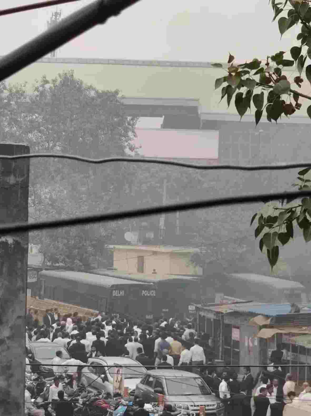 दिल्ली की तीस हज़ारी कोर्ट में पुलिस ने की फायरिंग, वकील हुए घायल, बीसीआई ने किया कड़ा विरोध