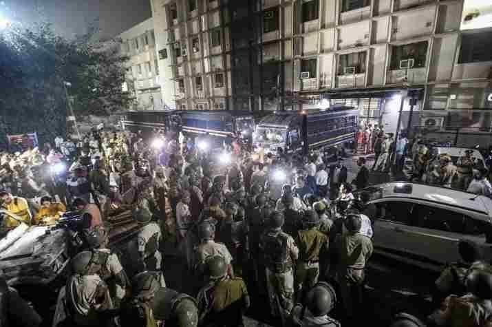 तीस हजारी कोर्ट फ़ायरिंग : दिल्ली हाईकोर्ट के मुख्य न्यायाधीश ने पुलिस अधिकारियों के साथ बैठक की, 3 जज अस्पताल में घायल वकीलों से मिलने पहुंचे