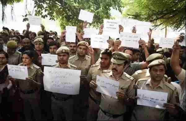 प्रदर्शन करने वाले पुलिस अधिकारियों के खिलाफ अनुशासनात्मक कार्रवाई करने के लिए दिल्ली हाईकोर्ट में याचिका दायर