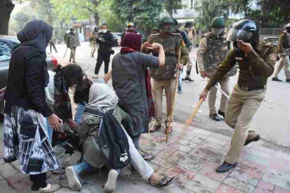 सुप्रीम कोर्ट ने जामिया, AMU में छात्रों पर पुलिस हिंसा को लेकर कहा, हिंसा रोकें, हम कल सुनवाई करेंगे