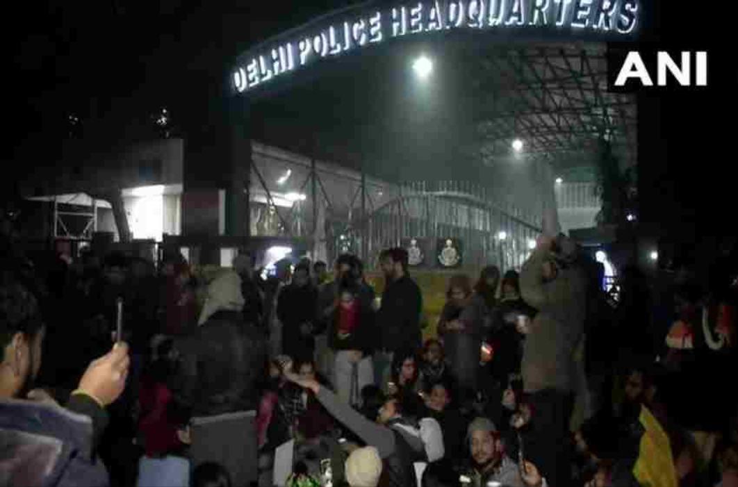दिल्ली सीएए का विरोध : मजिस्ट्रेट ने सुबह-सुबह दिया पुलिस को निर्देश, हिरासत में लिए गए लोगों को वकीलों से मिलने दिया जाए