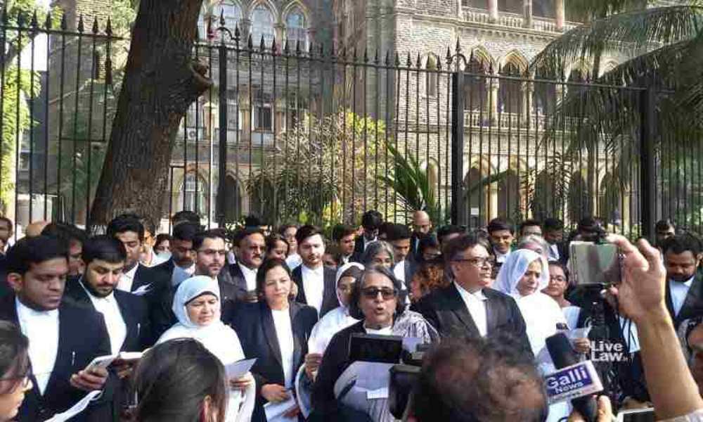 बॉम्बे हाईकोर्ट के वकीलों ने CAA-NRC के खिलाफ प्रोटेस्ट में अपना समर्थन देने के लिए संविधान की प्रस्तावना पढ़ी