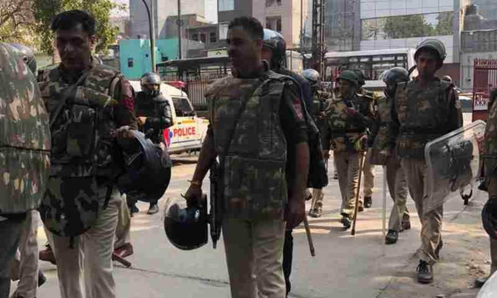 दिल्ली हिंसा : गिरफ़्तार हुए लोगों से मिलने की कोशिश करने वाले वकीलों से पुलिस ने की मारपीट