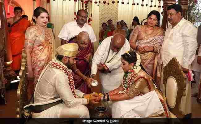 लाॅकडाउन के दौरान निखिल कुमारस्वामी के विवाह समारोह के लिए 90 लोगों को अनुमति कैसे दी गई? कर्नाटक हाईकोर्ट ने पूछा
