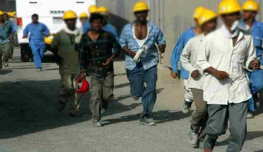 संविधान के अनुच्छेद 23 के तहत कल्याणकारी क़दमों के बिना श्रम बंधुआ मज़दूरी है; श्रम क़ानूनों को कमज़ोर करने के ख़िलाफ़ सुप्रीम कोर्ट में याचिका