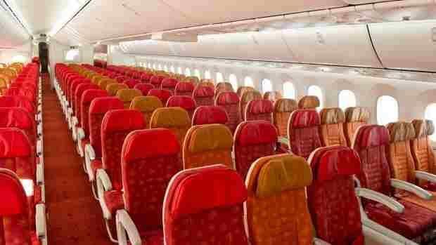 विशेषज्ञ समिति ने कहा, सिर्फ छूने से नहीं फैलता COVID 19 : बॉम्बे हाईकोर्ट ने एयरलाइंस को बीच की सीट पर यात्री बैठाने की अनुमति दी