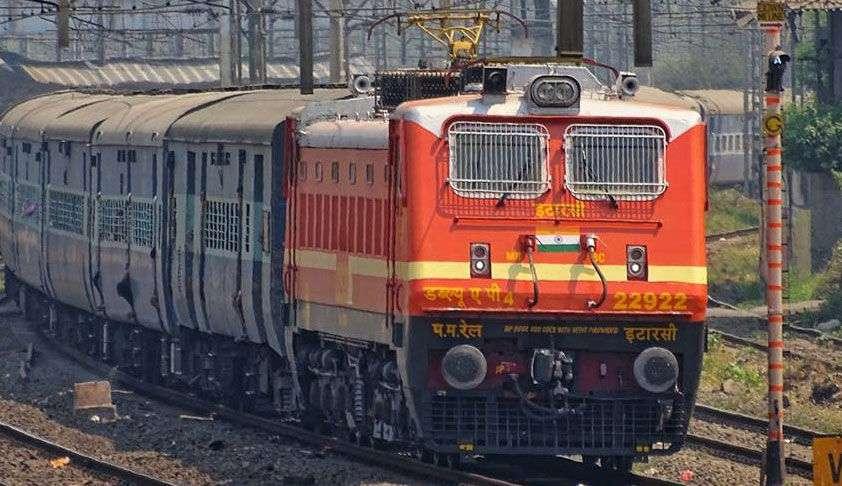 उपभोक्ता फोरम ने रेलवे अधिकारियों को ट्रेन के लेट होने के कारण के बारे में प्रति दिन यात्रा करने वाले यात्रियों को सूचित करने में असफल माना, मुआवजा देने के आदेश